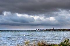 Cityscape av Madison på en molnig dag royaltyfria bilder