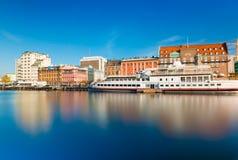Cityscape av Malmo med historisk och modern arkitektur, invallningen och skeppet, långt exponeringsfoto royaltyfria foton
