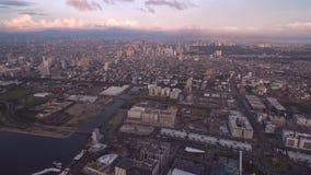 Cityscape av Manila, Filippinerna Nästan Bay City, Pasay med solnedgångljus och affärsområde Nästan galleria av Asien arkivfilmer