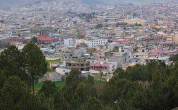 Cityscape av Mansehra Pakistan med kullar och berg Royaltyfri Foto