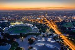 Cityscape av Munich på skymning Arkivfoton