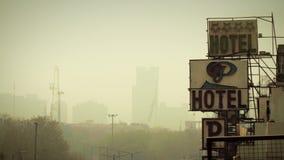 Cityscape av New Delhi som är i stadens centrum med den indiska flaggan på horisonten stock video