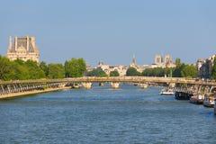 Cityscape av Paris i en solig dag Arkivfoto