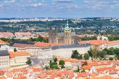 Cityscape av Prague med den Vitus domkyrkan Royaltyfri Fotografi