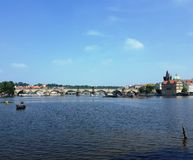 Cityscape av Prague med floden Vltava och Charles Bridge royaltyfria foton