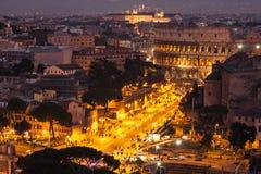 Cityscape av Rome på nitgh med Colosseum Royaltyfri Fotografi
