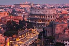 Cityscape av Rome på skymning med Colosseum Royaltyfria Bilder