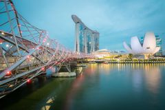 Cityscape av spiralbrige och Marina Bay Sands i Singapore på natten royaltyfri foto