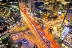 Cityscape av Sydkorea Natttrafik rusar till och med en genomskärning i det Gangnam området av Seoul, Korea Arkivfoto