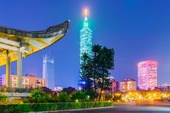 Cityscape av Taipei 101 och Sun Yat-sen den minnes- korridoren Royaltyfri Foto
