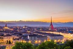 Cityscape av Torino Turin, Italien på skymning med färgrik himmel Arkivbilder