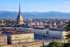 Cityscape av Turin och fjällängberg, Turin, Italien Arkivfoto
