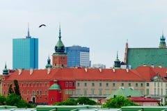 Cityscape av Warszawa med den historiska kungliga slotten och de moderna kontorsbyggnaderna poland Arkivbild
