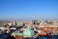 Cityscape av Wien med Sts Peter kyrka i royaltyfria foton
