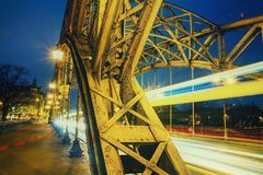 Cityscape - avondmening over brug met lichten die voertuigen bewegen stock foto's