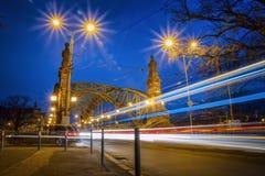 Cityscape - avondmening over brug met lichten die voertuigen, het Zwierzyniecki-Brug oostelijke deel bewegen van Wroclaw stock fotografie
