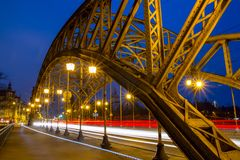 Cityscape - avondmening over brug met lichten die voertuigen, het Zwierzyniecki-Brug oostelijke deel bewegen van Wroclaw stock foto's