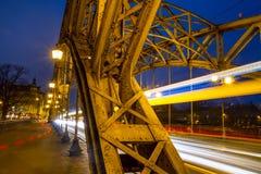 Cityscape - avondmening over brug met lichten die voertuigen, het Zwierzyniecki-Brug oostelijke deel bewegen van Wroclaw royalty-vrije stock foto