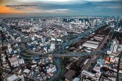 Cityscape Bangkok som är i stadens centrum på natten, uppifrån av BAIYOKE-himmel Arkivbilder