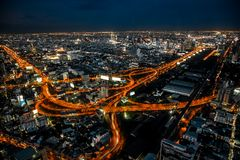 Cityscape Bangkok som är i stadens centrum på natten, uppifrån av BAIYOKE-himmel, Thailand och långt exprosure för teknik och HDR Fotografering för Bildbyråer