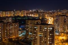 Cityscape beeld de stad in tijdens schemering blauw uur Panorama bij nacht royalty-vrije stock fotografie