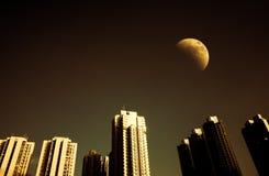 Cityscape bij nacht en duisternishemel met halve maan stock fotografie