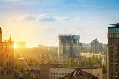 Cityscape bij zonsondergang stock afbeelding