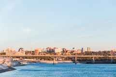 Cityscape, blauwe rivier en brug op hoge flats en gebouwen stock fotografie