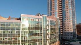 cityscape Bostads- komplex p? flodbanken Flyg- l?ngd i fot r?knat fr?n en helikopter p? solnedg?ngtid arkivfilmer