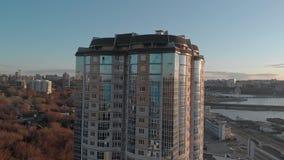 cityscape Complesso residenziale sulla sponda del fiume Metraggio aereo da un elicottero a tempo di tramonto video d archivio