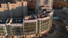 cityscape Complesso residenziale sulla sponda del fiume Metraggio aereo da un elicottero a tempo di tramonto archivi video