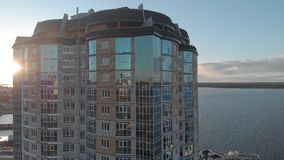 cityscape Complexo residencial no banco de rio Metragem aérea de um helicóptero no tempo do por do sol video estoque