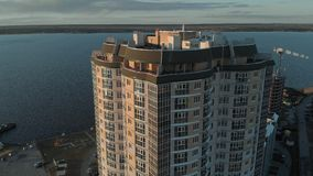 cityscape Complexo residencial no banco de rio Metragem a?rea de um helic?ptero no tempo do por do sol filme