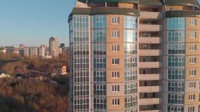 cityscape Complexo residencial no banco de rio Metragem a?rea de um helic?ptero no tempo do por do sol video estoque