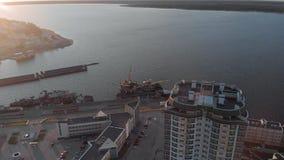 cityscape Complexo residencial no banco de rio Metragem a?rea de um helic?ptero no tempo do por do sol vídeos de arquivo