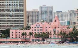 Cityscape die van het Waikikistrand het Iconische Roze Paleishotel demonstreren Stock Fotografie