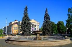 Cityscape - een fontein in het Regionale het Dramatheater van Kaliningrad van de zomer in Juli Royalty-vrije Stock Fotografie