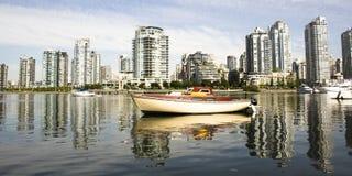 Cityscape en boot Stock Foto
