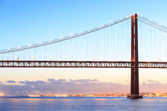 Cityscape en 25 DE Abril Bridge van Lissabon Stock Afbeelding