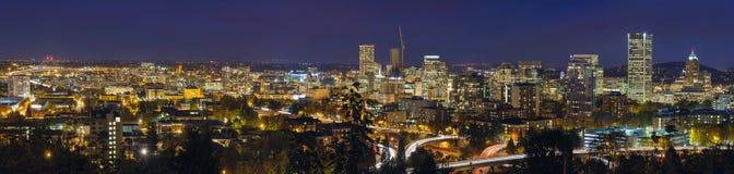 Cityscape en de Snelweg van Portland bij Blauw Uurpanorama Stock Foto's