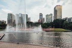 Cityscape en fontein de pool dichtbij tweeling de torenspark ` s van Petronas voegt in Kuala Lumpur, Maleisië samen royalty-vrije stock foto's
