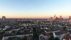 Cityscape en horizon van Frankfurt, Duitsland bij dageraad stock footage