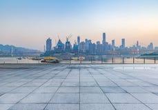 Cityscape en horizon van het chongqing van lege baksteenvloer royalty-vrije stock foto