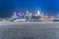 Cityscape en horizon van het chongqing van lege baksteenvloer bij nacht royalty-vrije stock afbeelding