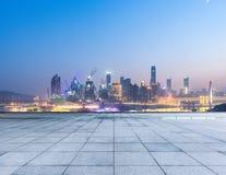 Cityscape en horizon van het chongqing van lege baksteenvloer bij nacht royalty-vrije stock fotografie