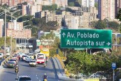 Cityscape en verkeer op de weg met verkeersteken aan Poblado, Med Royalty-vrije Stock Afbeelding