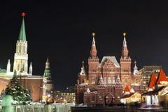 Cityscape för nattvinterMoskva på tid för jul och för nytt år i December Kreml, röd fyrkant och GUMMI i mitt av Moskva, Ryssland royaltyfri fotografi