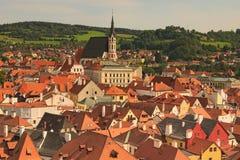 Cityscape för tak för röd tegelplatta Kyrka av världsarvet för helgonVitus- UNESCO swallowtail för sommar för fjärilsdaggräs soli Arkivbild
