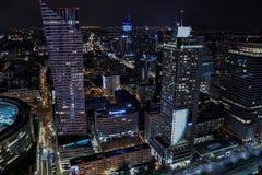Cityscape för WarszawaPolen natt - sikt på den Zlota gatan royaltyfri fotografi