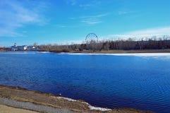 cityscape Ferris ko?o na bankach Angara rzeka, Irkutsk Mallard kaczki emigracyjni odpoczynki przed lotem obrazy stock